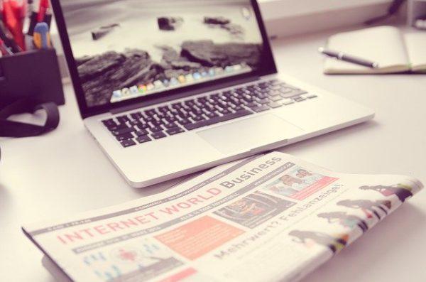macbookと英字新聞